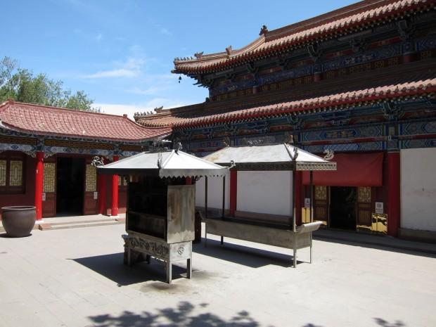 На территории храма